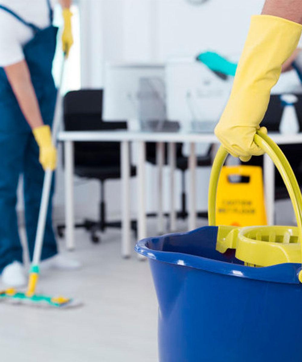 Personal de limpieza limpiando una oficina